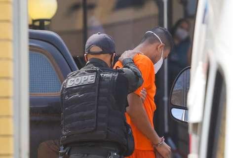 Juiz cancela julgamento ao ver réu com uniforme laranja e escolta armada