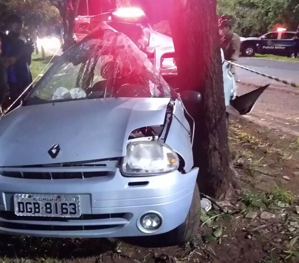 Suellen conduzia Clio, que bateu em árvore após acidente com Gol. (Foto: Direto das Ruas)