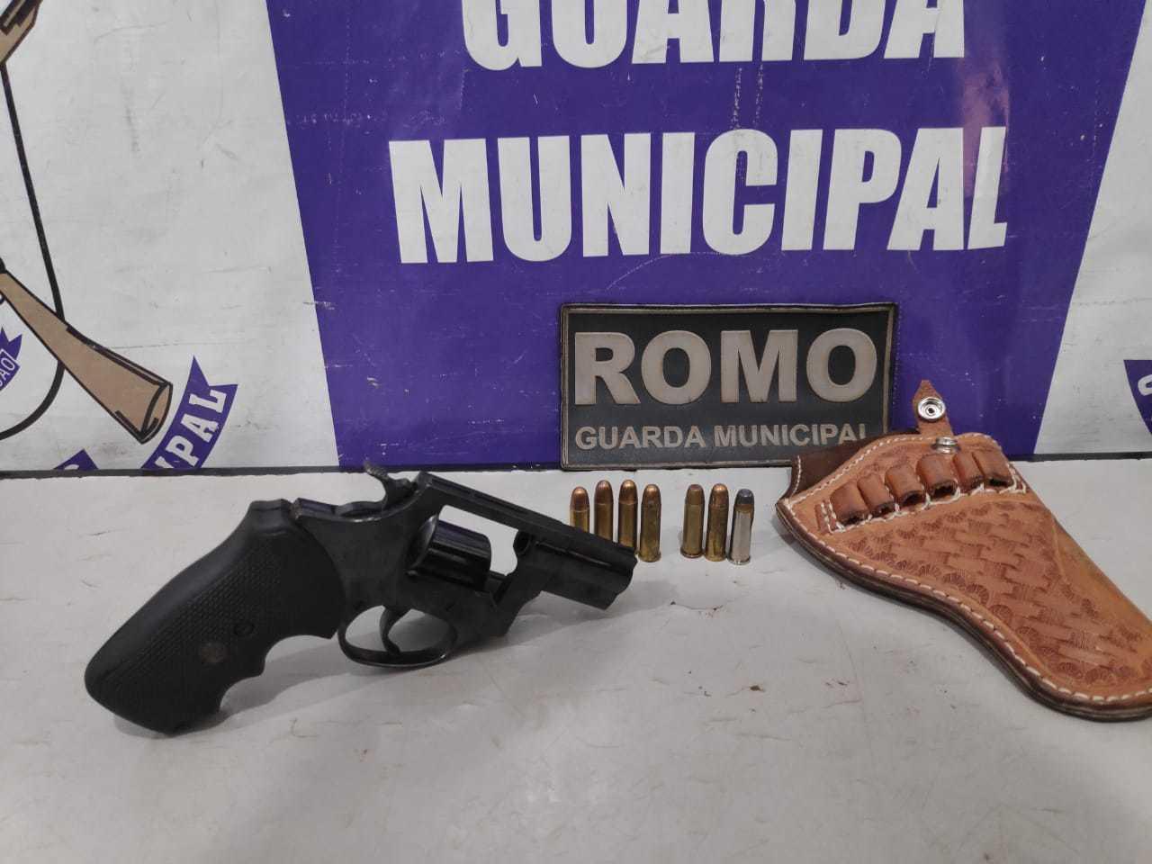 Arma e munições apreendidas com o morador. (Foto: Adilson Domingos)