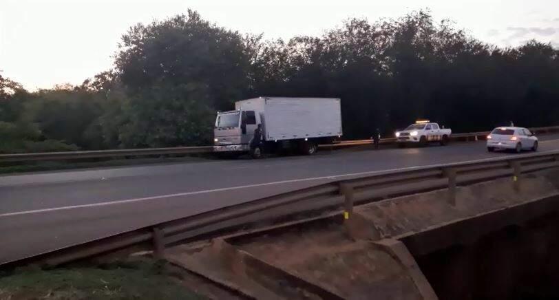 Caminhão baú foi recuperado pela Polícia Militar na saída para São Paulo. (Foto: Reprodução)