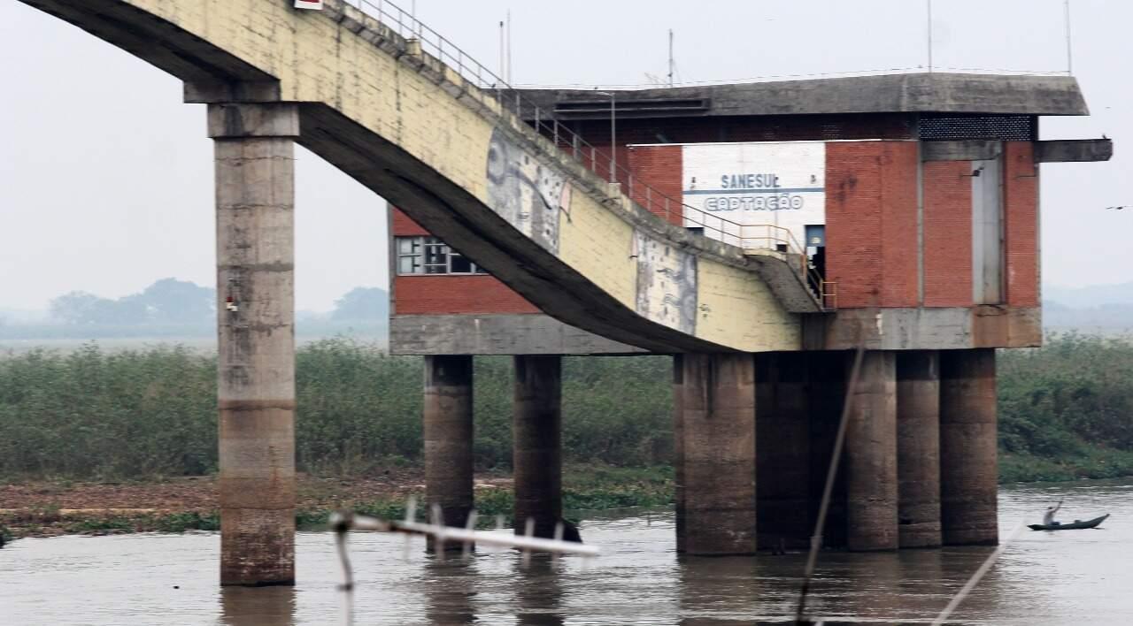 Local onde captação de água é realizada; rio está 3 metros abaixo do nível normal (Foto: Ascom/Chico Ribeiro)