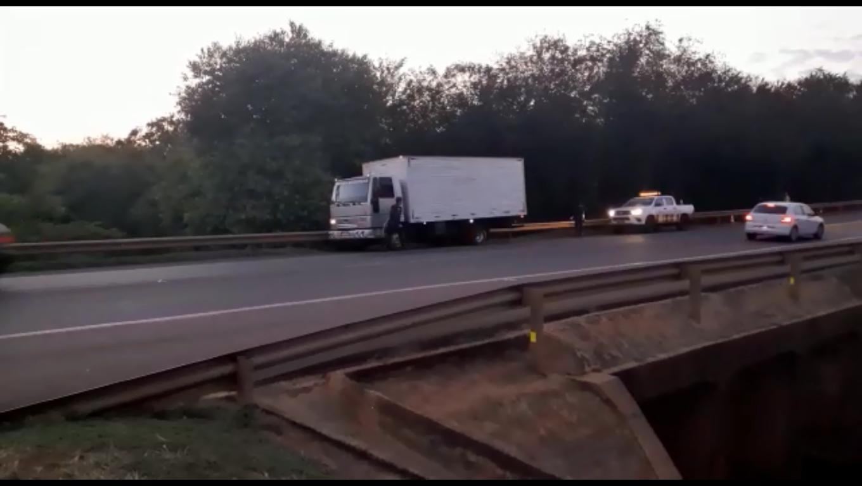 Caminhão encontrado abandonado às margens da rodovia BR-163 (Foto: Reprodução)
