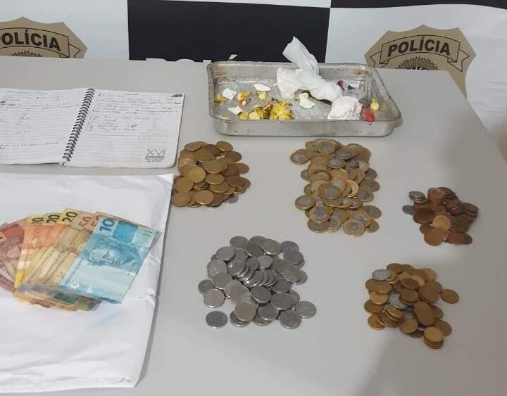 """Porções de cocaína e dinheiro apreendido na """"boca de fumo"""". (Foto: Polícia Civil)"""