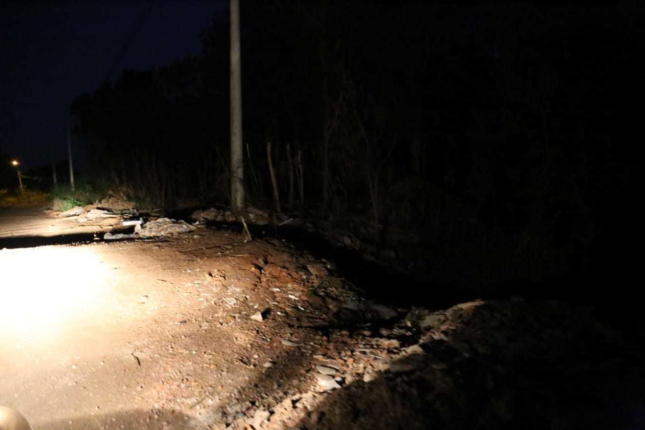 Local onde caminhoneiro foi abordado por adolescentes e baleado durante roubo a caminhão (Foto: Paulo Francis)
