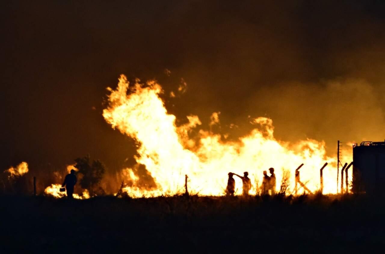 Bombeiros tentam conter as chamas (Foto: Vinicius Santana/Direto das Ruas)