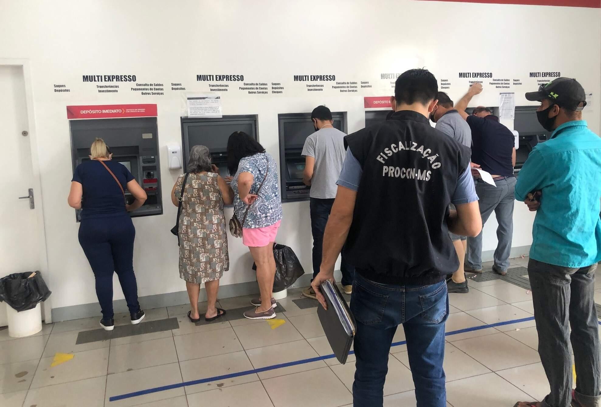 Fiscalização realizada pelo Procon-MS em banco da Capital (Foto: Divulgação - Procon)