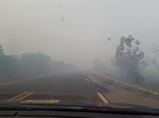 Fumaça atrapalhava a visibilidade dos condutores que passavam pela rodovia, neste domingo. (Foto: PRF)