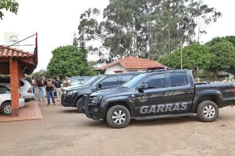 Durante buscas por assaltantes, polícia recupera dinheiro e armas