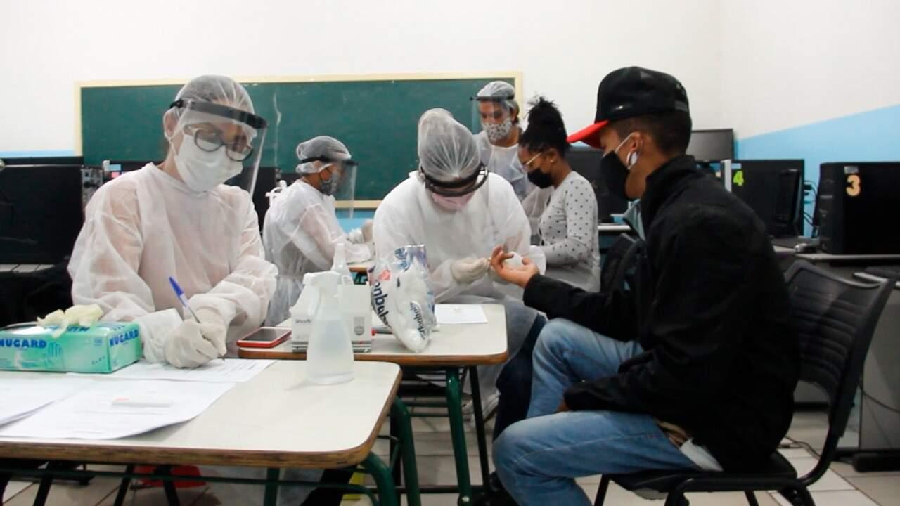Imagem de julho, dos trabalhadores do Naturafrig de Rochedo, durante uma das testagens. (Foto: Divulgação)
