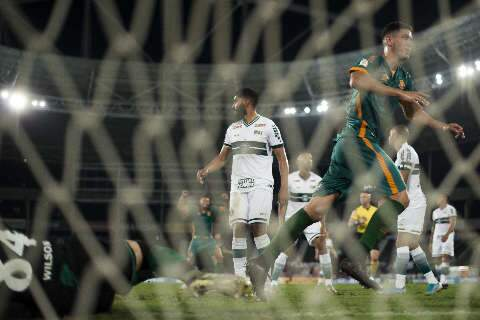 Mesmo desfalcado, Fluminense faz 4 a 0 no Coritiba e reage no Brasileirão