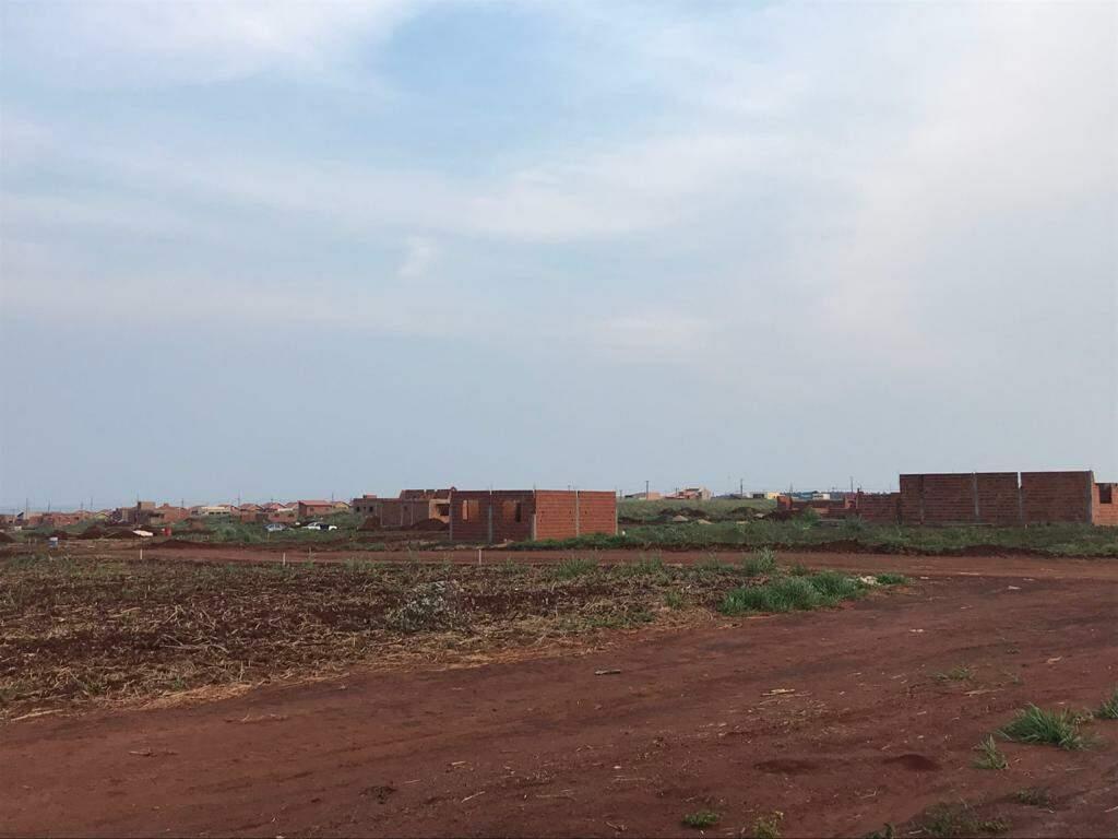 Casas sendo construídas em terrenos doados pela prefeitura em Nova Alvorada do Sul (Foto: Direto das Ruas)