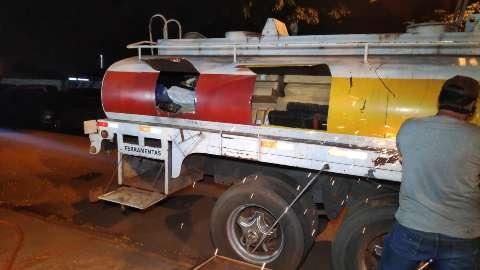Bombeiros serram tanque de caminhão para retirar carregamento de maconha