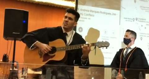 Com violão na mão, advogado de MS faz música para pedir absolvição em júri