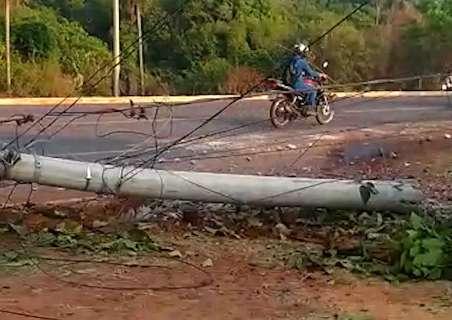 Rua fica sem luz, após poste ser arrancado por carro desgovernado