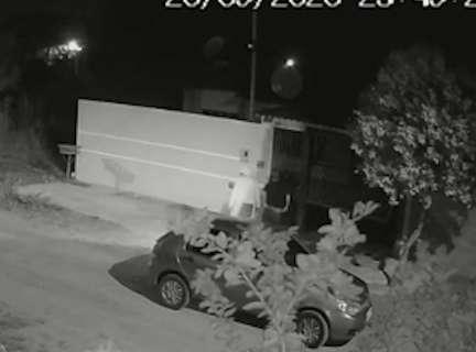 Câmera flagra bandidos invandindo uma residência no Bairro Tiradentes