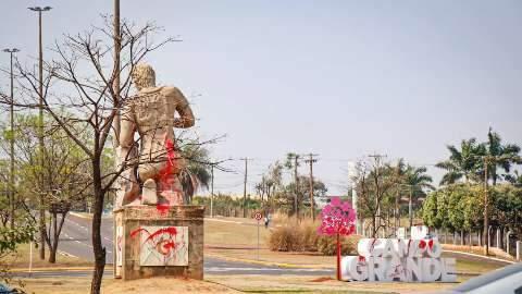 Prefeitura procura responsáveis por tinta em monumentos da Capital