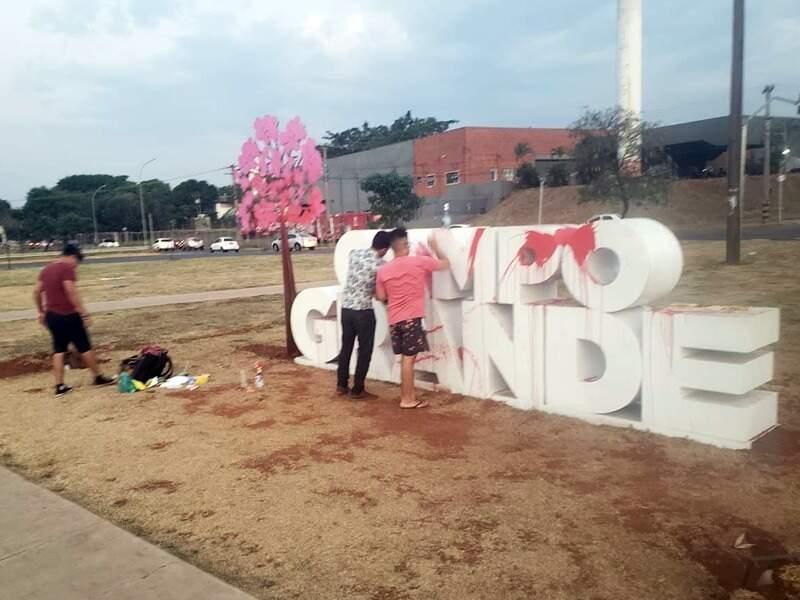 Mutirão de limpeza de monumentos começaram por volta das 17h. (Foto: Direto das Ruas)