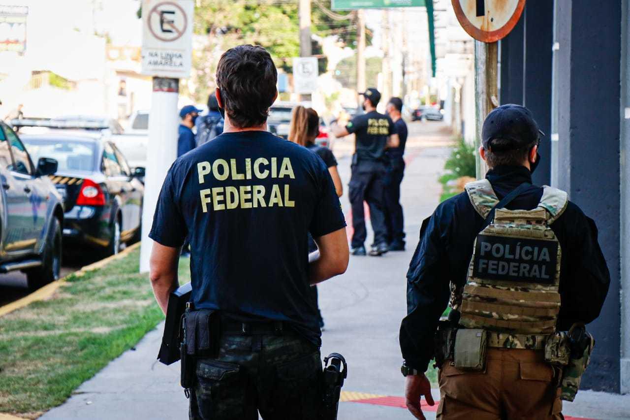 """Policiais federais na rua durante Operação """"Status"""", contra organização criminosa que lavava dinheiro do tráfico. (Foto: Arquivo/Campo Grande News)"""