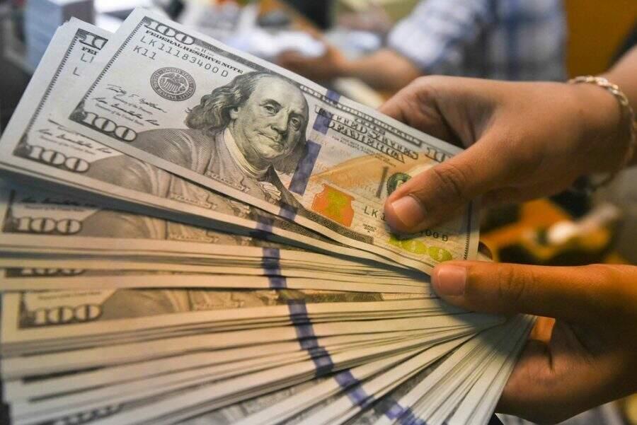Notas de dólares em casa de câmbio (Foto: Hafidz Mubarak/Reuters)