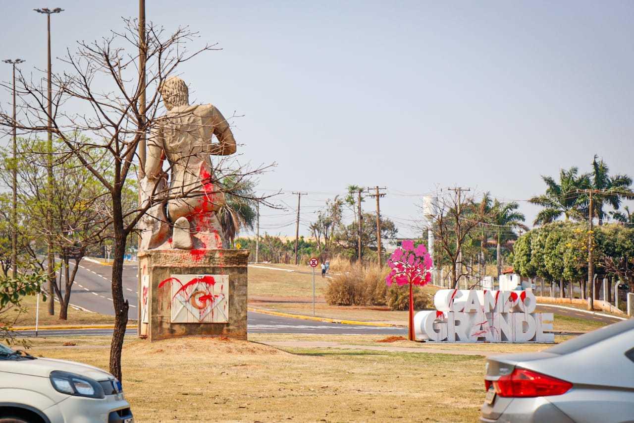 A esquerda monumento maçônico e a direita letreiro em homenagem a capital. Ambos vandalizados. Foto: (Henrique Kawaminami)