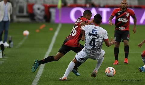 Athletico-PR fica no 0 a 0, mas garante vaga nas oitavas da Libertadores