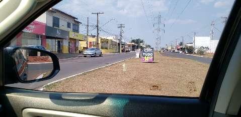 Motorista reclama de anúncio no meio da Avenida Guaicurus
