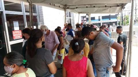 Para receber do INSS, idosos esperam até 3 horas na fila
