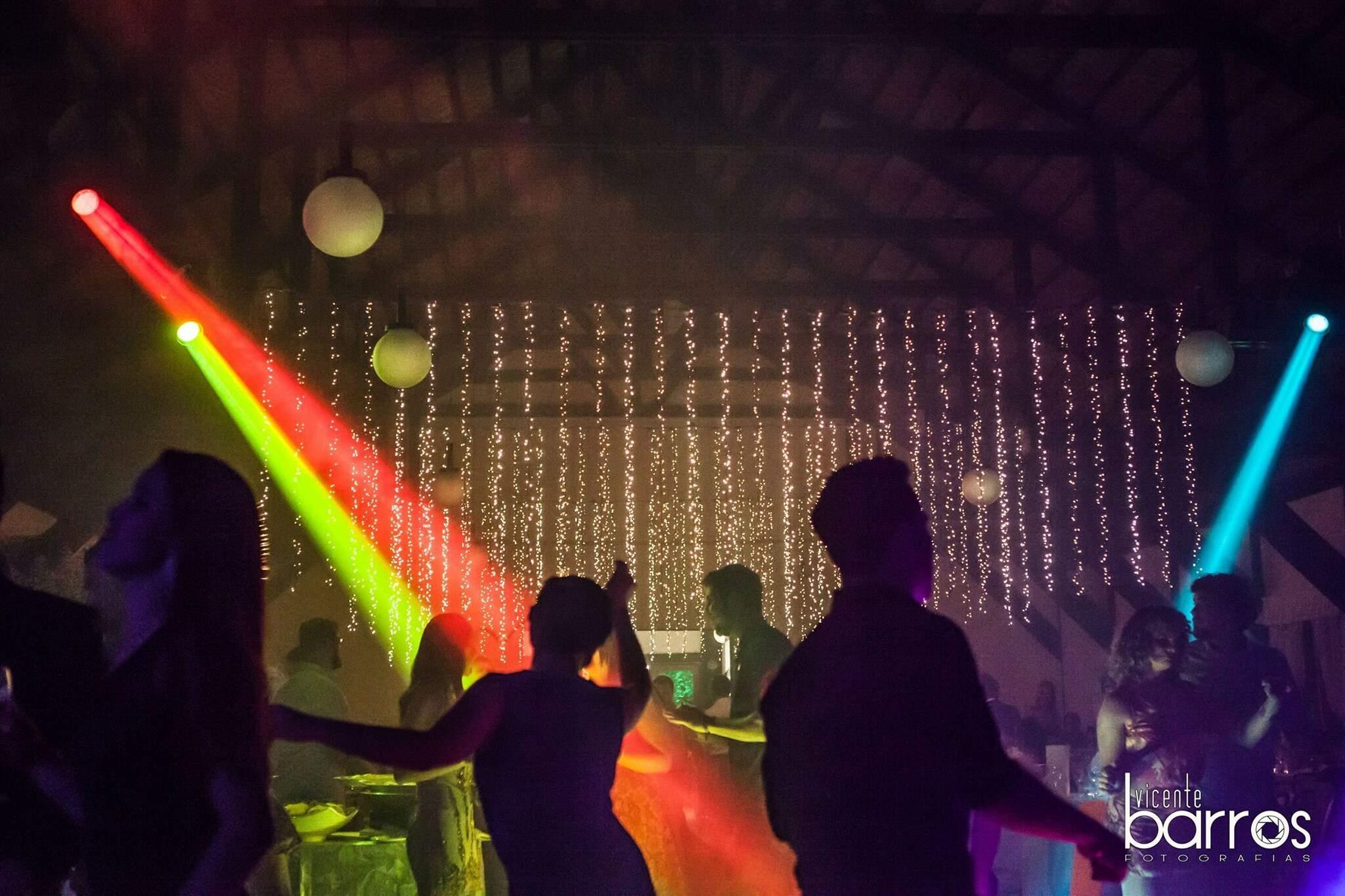 Sem pista de dança permitida, fotos de convidados assim ficaram no passado. (Foto: Vicente Barros)