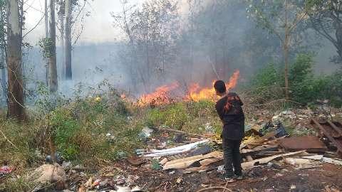 Incêndio começa em lixão e destrói barracos na Favela da Conquista