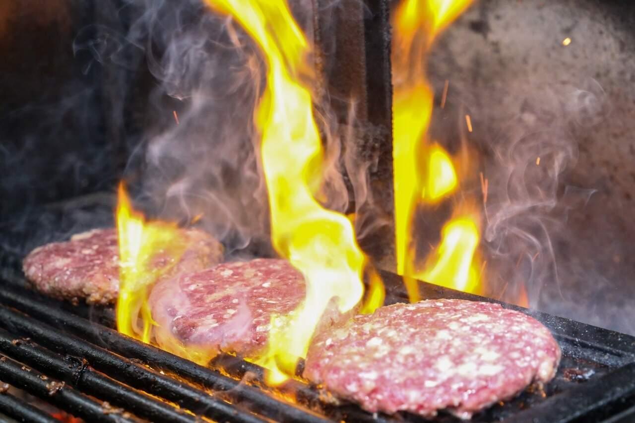 Hambúrgueres são assados na churrasqueira e brasa dá toque especial ao sabor (Foto: Paulo Francis)