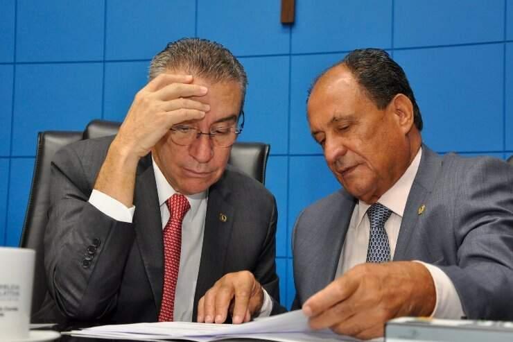 Deputados Paulo Corrêa (PSDB) e Zé Teixeira (DEM), durante sessão na Assembleia, no começo do ano (Foto: Luciana Nassar - ALMS)