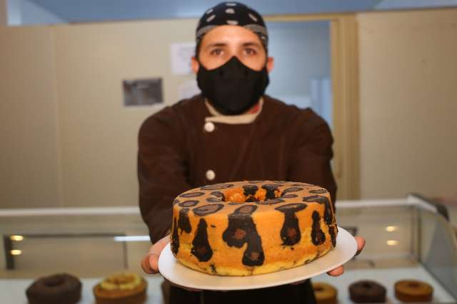 Bem pantaneiro, Luiz cria bolo de onça pra combinar com cafezinho