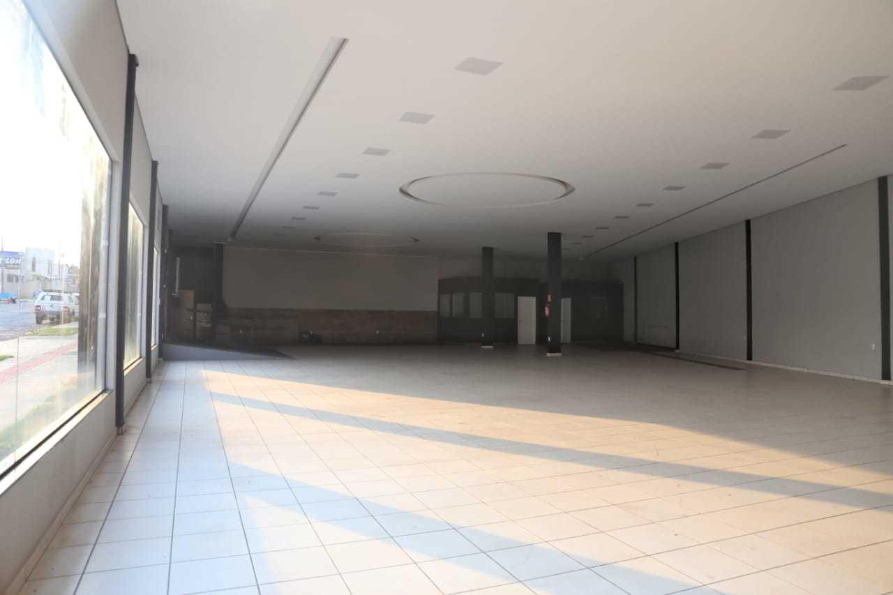 Salão onde antes ficavam carros de alto valor na JV Motors, em Campo Grande, agora está fechado. (Foto: Paulo Francis)
