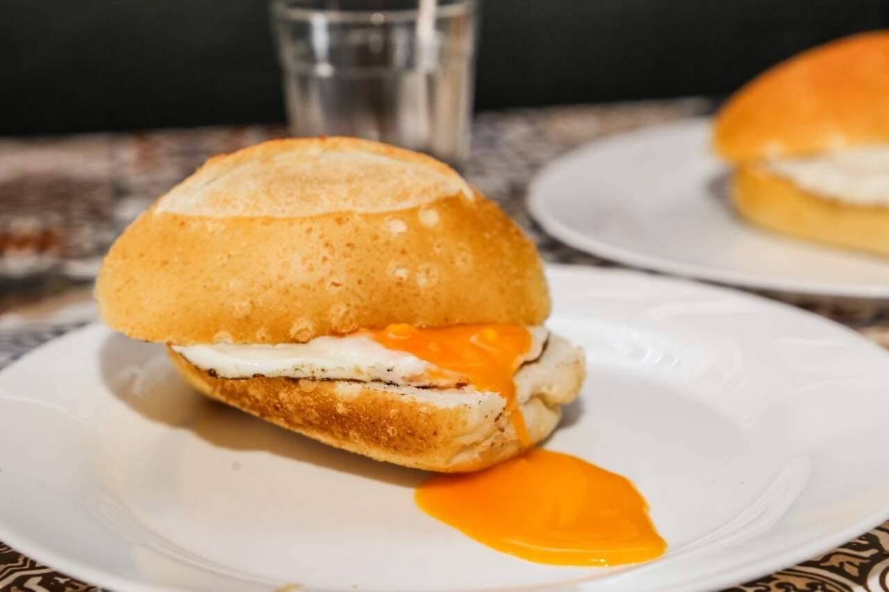 O pão com ovo servido no pão frânces. (Foto: Kísie Ainoã)