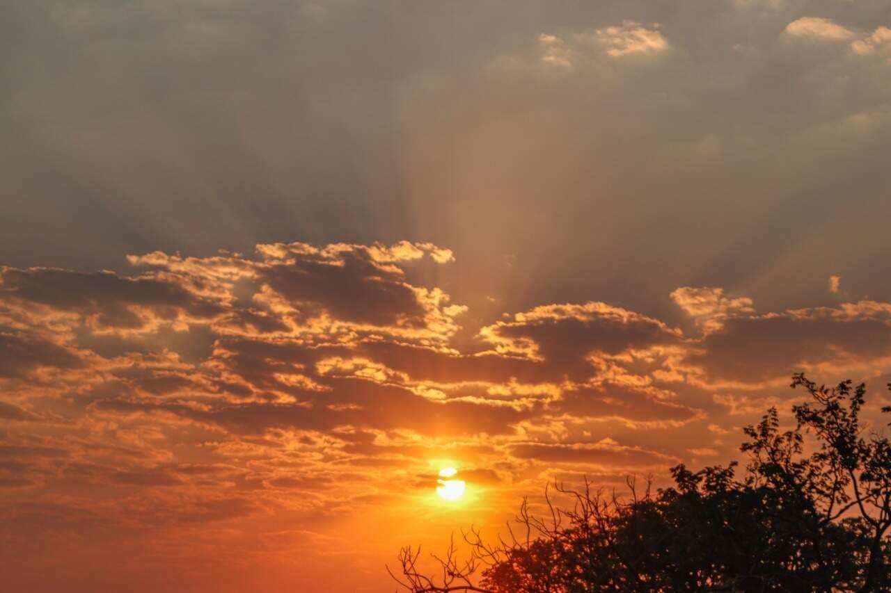 Sol forte em produzido belas imagens em Campo Grande. (Foto: Henrique Kawaminami)