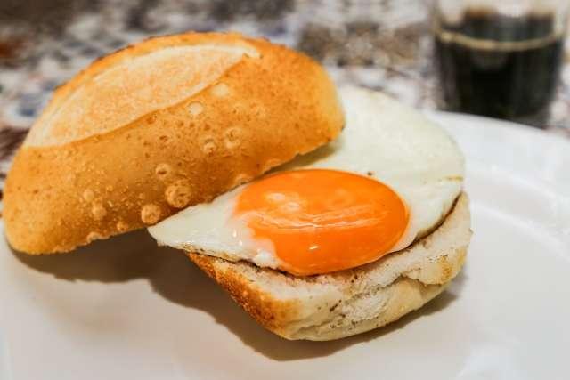 """Em cadeira de praia, amigos vendem choripán e o """"melhor pão com ovo"""""""