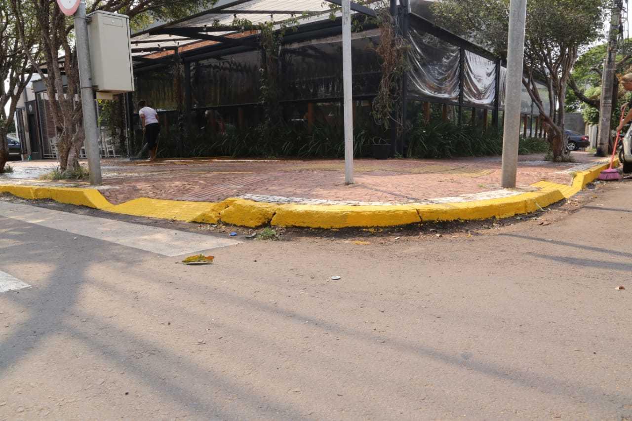 Meio fio da calçada do restaurante na Antonio Maria Coelho pintada errada. (Foto:Kisie Ainoã)