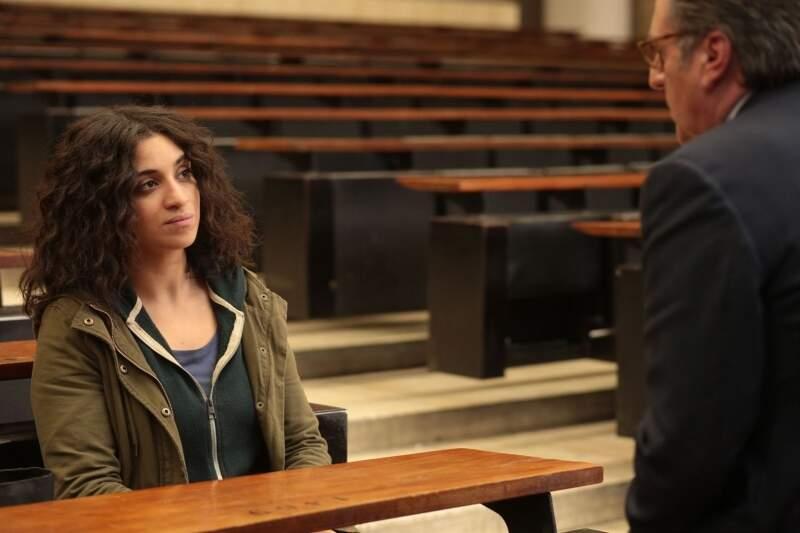 Cena de aluna com professor no filme O Orgulho.