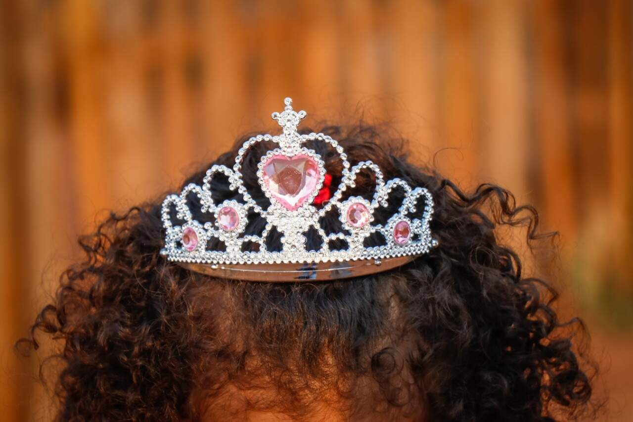 Coroa foi comprada por Lauanne jundo da mãe; a cunhada foi a responsável pelo vertido (Foto: Henrique Kawaminami)
