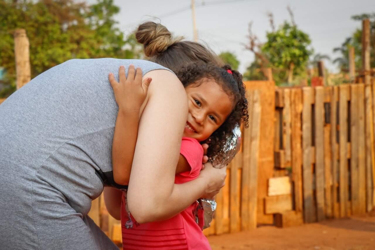 Sofhia abraçando Lauanne na hora que recebeu o presente (Foto: Henrique Kawaminami)