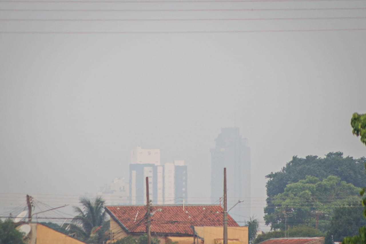 Céu esfumaçado quase escondendo prédios na região do Santo Antônio. (Foto: Henrique Kawaminami)