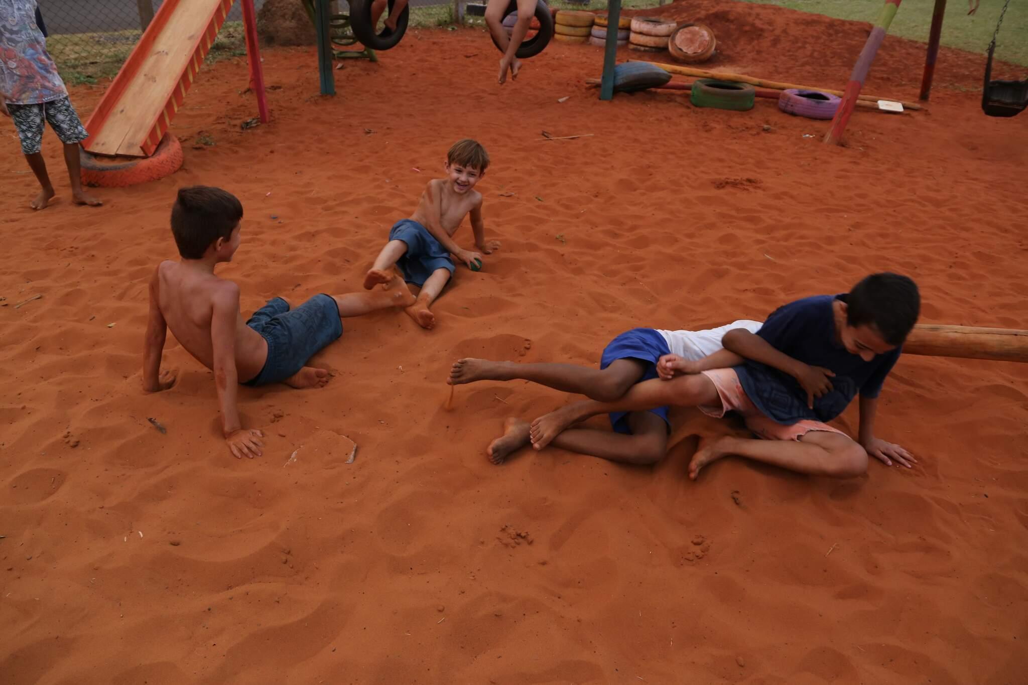 """Meninos brincam de """"lutinha"""" e se divertem na areia morena (Foto: Kísie Ainoã)"""