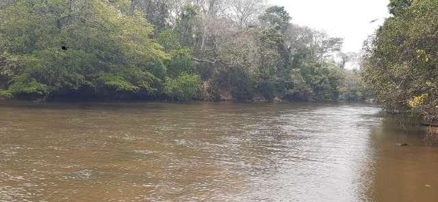 Com baixo nível, banhistas conseguem ficar em pé no Rio Aquidauana