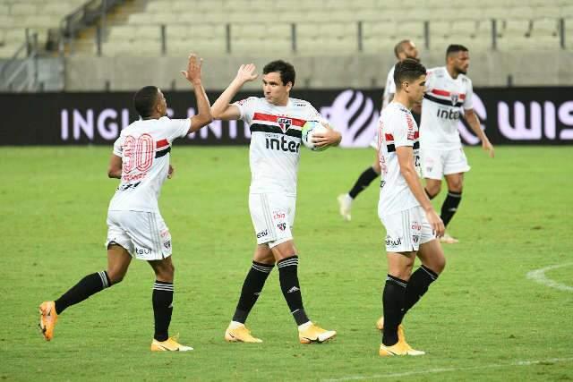 Com 2 a mais, São Paulo arranca empate no fim na Copa do Brasil
