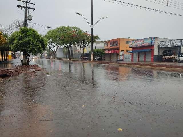 Manhã é de chuva forte em Dourados e temperatura abaixo de 20 graus
