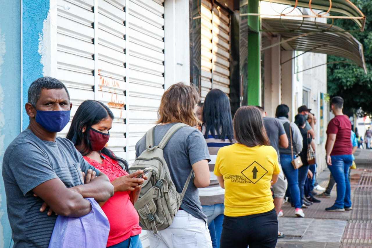 Trabalhadores formam fila em busca de emprego na Capital (Foto: Henrique Kawaminami/Arquivo))