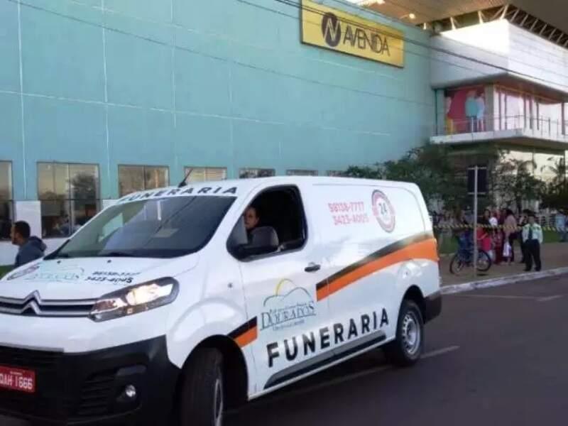Carro de funerária em frente ao shopping de Dourados, no dia em que PM matou bioquímico durante bate-boca em sala de cinema (Foto: Adilson Domingos/Arquivo)