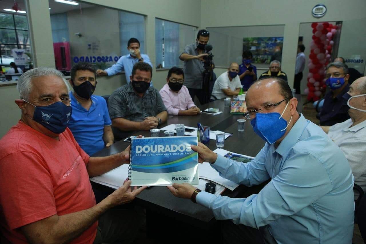 Barbosinha, candidato do DEM, com o presidente da Associação Comercial (Foto: Divulgação)