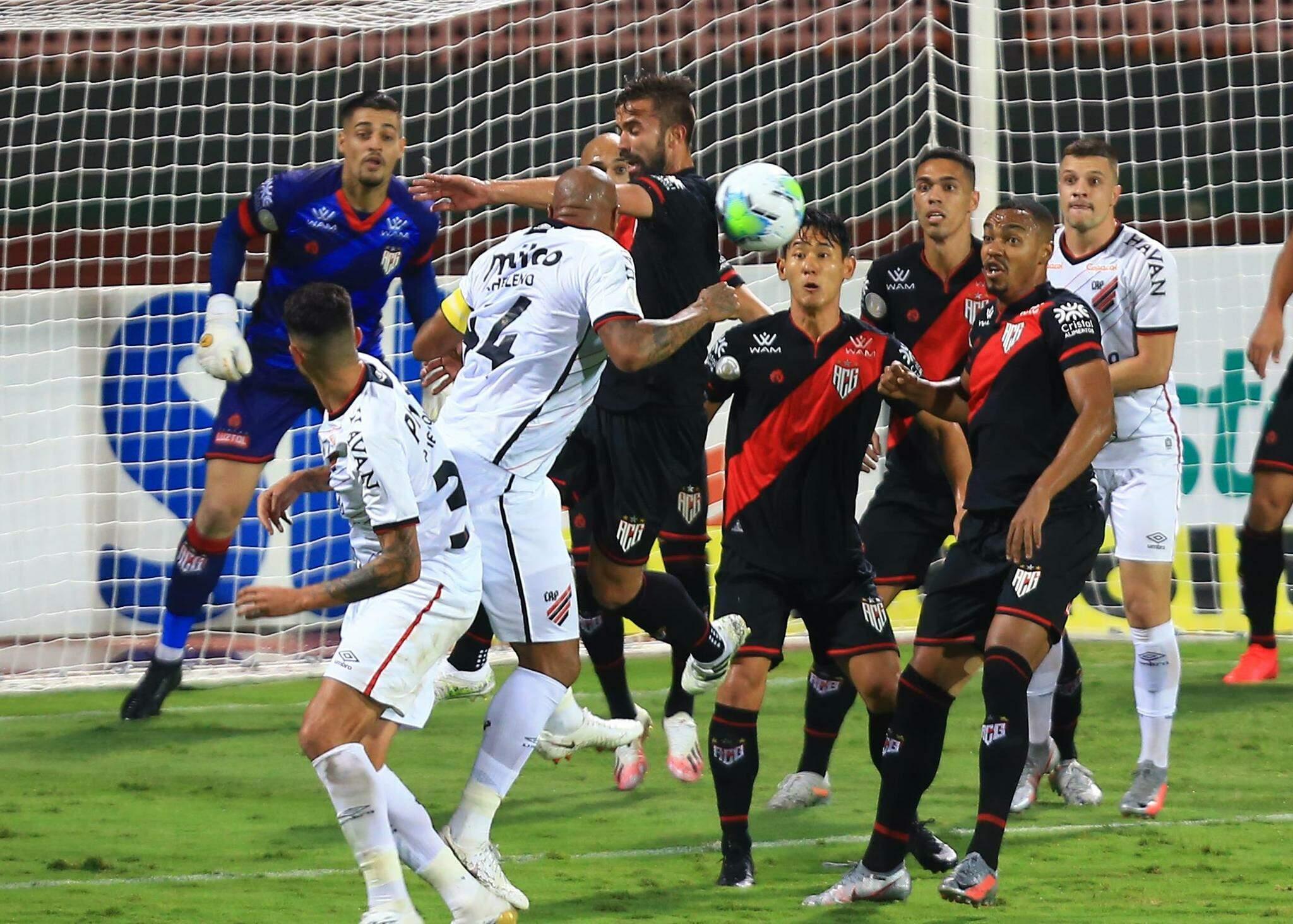 Lance durante partida entre Atlético GO e Athletico PR, válido pelo Campeonato Brasileiro da Série A 2020, no Estádio Olímpico Pedro Ludovico Teixeira, em Goiânia (GO), neste sábado (17). (Foto: Estadão Conteúdo)