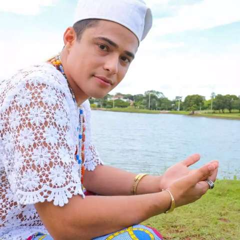 Com 29 anos, Pai Augusto estuda Direito sem largar a fé no candomblé